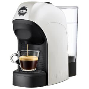 Macchina per caffè in capsule bianca e nera Lavazza A Modo Mio Tiny su sfondo bianco